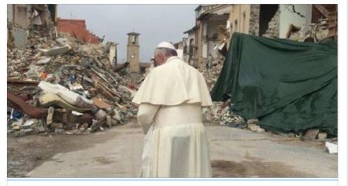 Nel giorno di San Francesco, un uomo tra le macerie di Amatrice